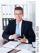 Купить «офисный работник работает за столом», фото № 5249926, снято 6 июля 2013 г. (c) Андрей Попов / Фотобанк Лори