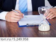 Купить «песочные часы и руки делового мужчины крупным планом», фото № 5249958, снято 6 июля 2013 г. (c) Андрей Попов / Фотобанк Лори