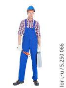 Купить «портрет молодого мужчины в рабочей одежде и с инструментами», фото № 5250066, снято 6 июля 2013 г. (c) Андрей Попов / Фотобанк Лори