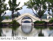 Отражение моста в озере. Гуйлинь, Китай (2007 год). Стоковое фото, фотограф Kate Chizhikova / Фотобанк Лори