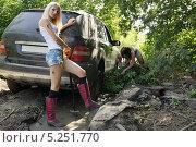 Купить «Девушки и застрявший автомобиль», фото № 5251770, снято 24 августа 2013 г. (c) макаров виктор / Фотобанк Лори