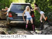 Купить «Девушки толкающие застрявший автомобиль», фото № 5251774, снято 24 августа 2013 г. (c) макаров виктор / Фотобанк Лори