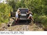 Купить «Девушки толкающие застрявший автомобиль», фото № 5251782, снято 24 августа 2013 г. (c) макаров виктор / Фотобанк Лори