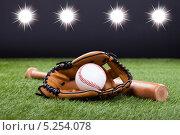 Купить «бейсбольная бита, перчатка и мяч лежат на газоне в свете прожекторов», фото № 5254078, снято 14 августа 2013 г. (c) Андрей Попов / Фотобанк Лори