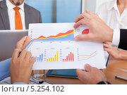 Купить «деловые люди анализируют график, крупный план», фото № 5254102, снято 25 августа 2013 г. (c) Андрей Попов / Фотобанк Лори