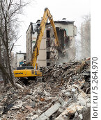 Купить «Тяжёлая техника ломает старый дом», фото № 5264970, снято 18 марта 2012 г. (c) Михаил Иванов / Фотобанк Лори