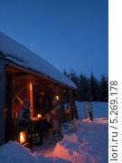 Купить «Друзья наслаждаются зимним закатом у деревенского домика», фото № 5269178, снято 26 января 2013 г. (c) CandyBox Images / Фотобанк Лори