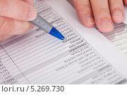Купить «мужская рука заполняет документ», фото № 5269730, снято 7 апреля 2013 г. (c) Андрей Попов / Фотобанк Лори
