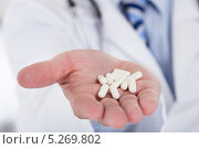 Купить «рука врача протягивает таблетки», фото № 5269802, снято 7 апреля 2013 г. (c) Андрей Попов / Фотобанк Лори