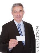 улыбающийся бизнесмен показывает пустую визитную карточку. Стоковое фото, фотограф Андрей Попов / Фотобанк Лори