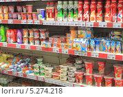 Купить «Витрина с йогуртами в супермаркете», эксклюзивное фото № 5274218, снято 15 ноября 2013 г. (c) Михаил Рудницкий / Фотобанк Лори