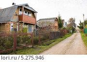 Купить «Дома на дачной улице», эксклюзивное фото № 5275946, снято 6 октября 2013 г. (c) Алёшина Оксана / Фотобанк Лори