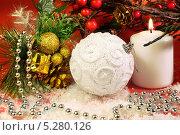 Купить «Новогодняя композиция со свечой, ёлочными шарами и еловой веткой», фото № 5280126, снято 13 ноября 2013 г. (c) Виктор Топорков / Фотобанк Лори