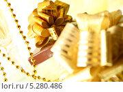 Купить «Подарки с золотистыми бантами и бокалы шампанского», фото № 5280486, снято 3 октября 2008 г. (c) Иван Михайлов / Фотобанк Лори