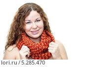 Молодая симпатичная женщина с теплым шарфом на шее на голое тело. Изолировано на белом фоне. Стоковое фото, фотограф Кекяляйнен Андрей / Фотобанк Лори