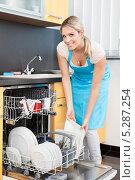 Купить «Радостная молодая женщина загружает посудомоечную машину», фото № 5287254, снято 16 июня 2013 г. (c) Андрей Попов / Фотобанк Лори