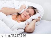 Купить «Женщина закрывает уши подушкой», фото № 5287346, снято 16 июня 2013 г. (c) Андрей Попов / Фотобанк Лори