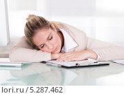 Купить «Уставшая деловая женщина заснула за рабочим столом», фото № 5287462, снято 16 июня 2013 г. (c) Андрей Попов / Фотобанк Лори