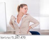 Офисная работница страдает от боли в спине. Стоковое фото, фотограф Андрей Попов / Фотобанк Лори