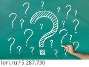 Купить «рука рисует знаки вопроса на классной доске», фото № 5287730, снято 19 января 2013 г. (c) Андрей Попов / Фотобанк Лори