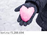 Розовое снежное сердце на ладони. Стоковое фото, фотограф Ирина Яздан Мехр / Фотобанк Лори