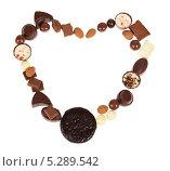 Купить «Рамка-сердце из шоколадных конфет на белом фоне», фото № 5289542, снято 24 мая 2013 г. (c) Сергей Молодиков / Фотобанк Лори