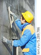 Купить «Штукатур выравнивает штукатурку на фасаде здания», фото № 5289786, снято 1 ноября 2012 г. (c) Дмитрий Калиновский / Фотобанк Лори