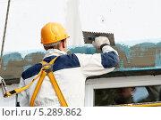 Купить «Строитель наносит шпаклевку на стену», фото № 5289862, снято 4 октября 2010 г. (c) Дмитрий Калиновский / Фотобанк Лори