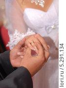 Жених надевает кольцо на палец невесты. Стоковое фото, фотограф Александр Батищев / Фотобанк Лори