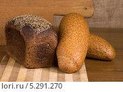 Ржаной хлеб и два батона отрубями на столе. Стоковое фото, фотограф Anhelina Tarasenko / Фотобанк Лори