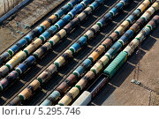 Купить «Вид сверху на железнодорожные составы», фото № 5295746, снято 19 апреля 2013 г. (c) Николай Винокуров / Фотобанк Лори