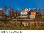 Купить «Двухэтажный кирпичный особняк», фото № 5296346, снято 10 ноября 2012 г. (c) Валентина Троль / Фотобанк Лори