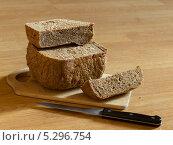 Купить «Домашний черный хлеб и нож на разделочной доске», фото № 5296754, снято 14 августа 2013 г. (c) Максим Пименов / Фотобанк Лори