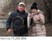 Купить «Довольные мужчина и женщина демонстрируют свой улов», фото № 5296866, снято 19 ноября 2013 г. (c) Михаил Иванов / Фотобанк Лори
