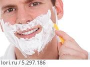 Купить «улыбающийся мужчина бреется», фото № 5297186, снято 22 июня 2013 г. (c) Андрей Попов / Фотобанк Лори