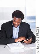 Купить «деловой мужчина ведет финансовые дела», фото № 5298282, снято 14 июля 2013 г. (c) Андрей Попов / Фотобанк Лори
