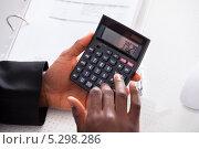 Купить «мужские руки считают на калькуляторе», фото № 5298286, снято 14 июля 2013 г. (c) Андрей Попов / Фотобанк Лори