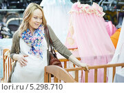 Купить «Беременная женщина выбирает детскую кроватку в магазине», фото № 5298710, снято 23 ноября 2013 г. (c) Дмитрий Калиновский / Фотобанк Лори