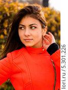 Привлекательная девушка в оранжевом жакете в осеннем парке (2013 год). Стоковое фото, фотограф Юрий Селиванов / Фотобанк Лори