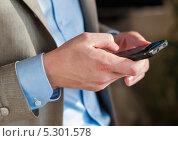 Купить «Мужчина с мобильным телефоном в руках», эксклюзивное фото № 5301578, снято 7 сентября 2013 г. (c) Игорь Низов / Фотобанк Лори