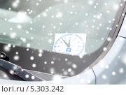 Купить «Время парковки на лобовом стекле машины», фото № 5303242, снято 5 июля 2013 г. (c) Syda Productions / Фотобанк Лори