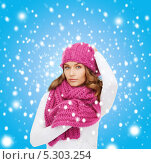 Купить «Красивая девушка с крупными локонами в зимней одежде», фото № 5303254, снято 10 октября 2010 г. (c) Syda Productions / Фотобанк Лори