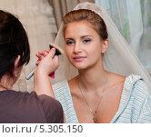 Купить «Визажист наносит макияж симпатичной невесте», эксклюзивное фото № 5305150, снято 8 сентября 2013 г. (c) Игорь Низов / Фотобанк Лори