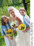 Купить «Невеста и две юные девочки с букетами цветов», эксклюзивное фото № 5307870, снято 8 сентября 2013 г. (c) Игорь Низов / Фотобанк Лори