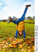 Десятилетний мальчик стоит на руках в осеннем парке. Стоковое фото, фотограф Сергей Новиков / Фотобанк Лори