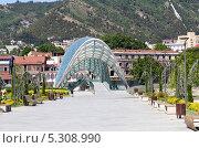 Купить «Мост Мира - пешеходный мост на реке Мтквари в Тбилиси, Грузия», фото № 5308990, снято 3 июля 2013 г. (c) Евгений Ткачёв / Фотобанк Лори