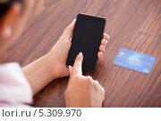 Купить «женщина делает банковский перевод по телефону», фото № 5309970, снято 10 августа 2013 г. (c) Андрей Попов / Фотобанк Лори
