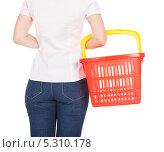 Купить «молодая женщина держит корзину для покупок», фото № 5310178, снято 11 августа 2013 г. (c) Андрей Попов / Фотобанк Лори