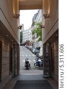 Купить «Вид на на одну из улиц Монмартр сквозь арку театра Аббессис», фото № 5311606, снято 21 мая 2013 г. (c) Татьяна Кахилл / Фотобанк Лори