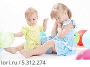 Купить «Двое детей с воздушными шариками на белом фоне», фото № 5312274, снято 4 ноября 2013 г. (c) Галина Михалишина / Фотобанк Лори